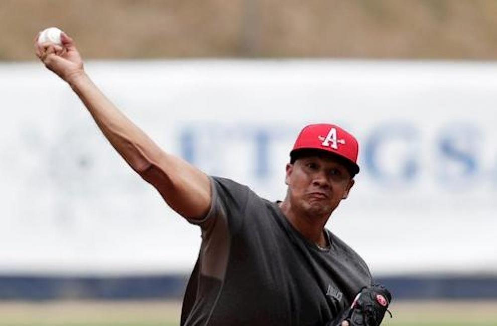 Harold Arauz, lanzador del equipo de béisbol de Panamá, participa este lunes en una sesión de entrenamiento previa al torneo de la Serie del Caribe que se realizará en Puerto Rico, en el Estadio Nacional Rod Carew de Ciudad de Panamá (Panamá).