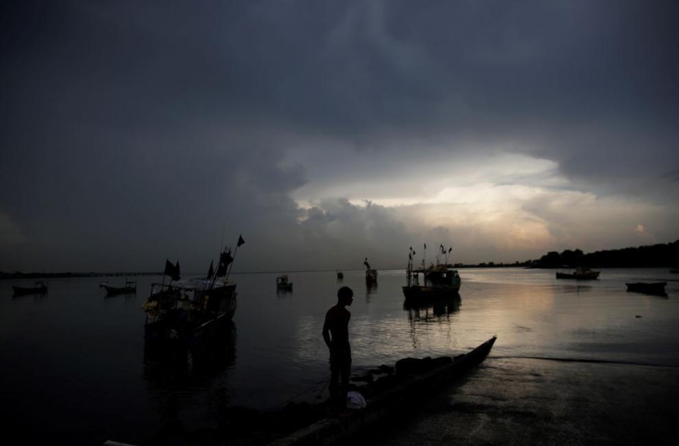 Un pescador observa el atardecer en las costas del barrio del Chorrillo en la bahía de Panamá en el océano pacífico.