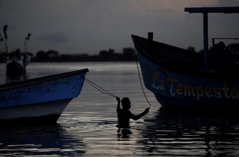 Un pescador trabaja en las costas del barrio del Chorrillo en la bahía de Panamá en el Océano Pacífico.