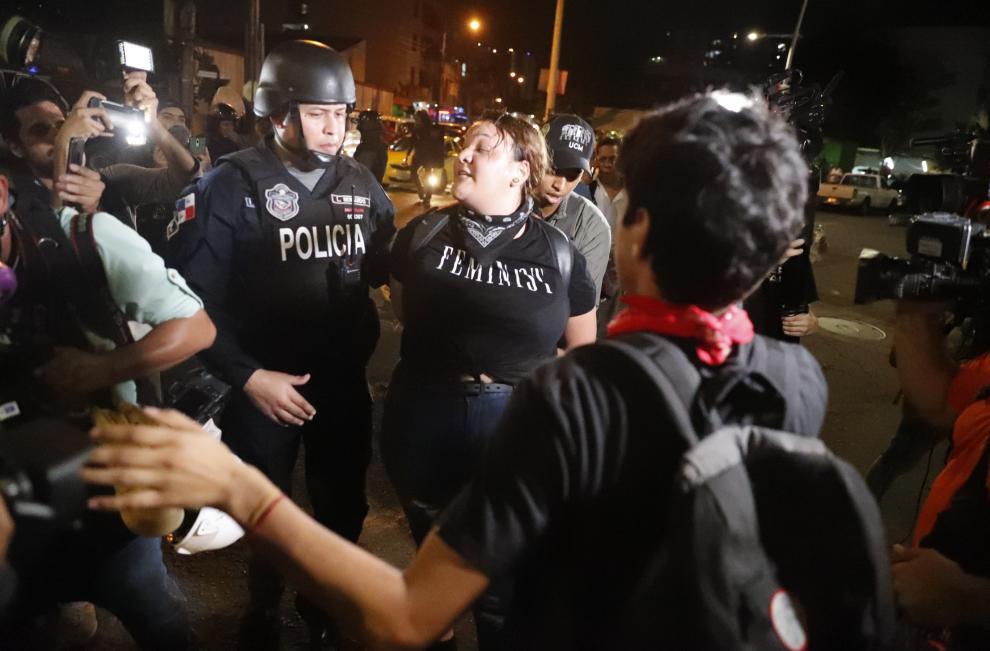 Enfrentamientos entre estudiantes y policías en Panamá en el segundo día de protestas contra  la reforma constitucional
