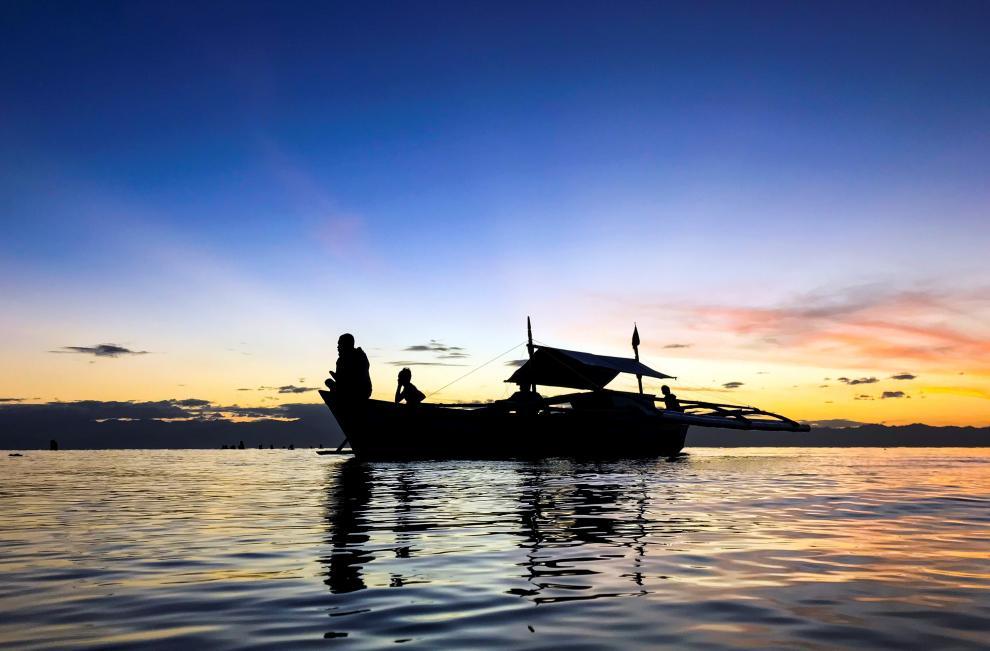 Pescadores filipinos se preparan para navegar de una aldea de pescadores en la ciudad de General Santos (Filipinas) el 30 de noviembre de 2018.
