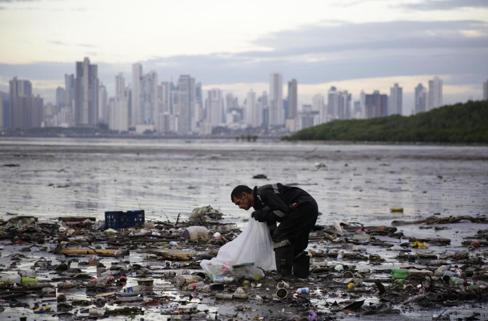 Un activista recoge desperdicios en la Bahía de Panamá el 23 de octubre de 2018, en Ciudad de Panamá (Panamá).