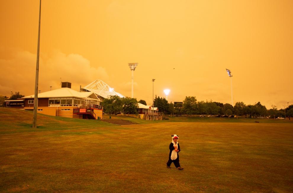El humo de los devastadores incendios forestales australianos tiñe el cielo en Nueva Zelanda.