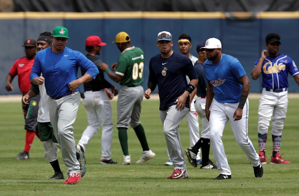 Jugadores del equipo de béisbol de Panamá participan este lunes en una sesión de entrenamiento previa al torneo de la Serie del Caribe que se realizará en Puerto Rico, en el Estadio Nacional Rod Carew de Ciudad de Panamá (Panamá).