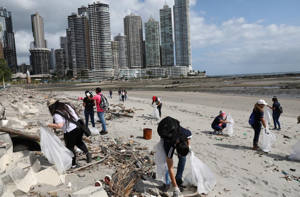 Limpieza de Playa en  la Cinta Costera