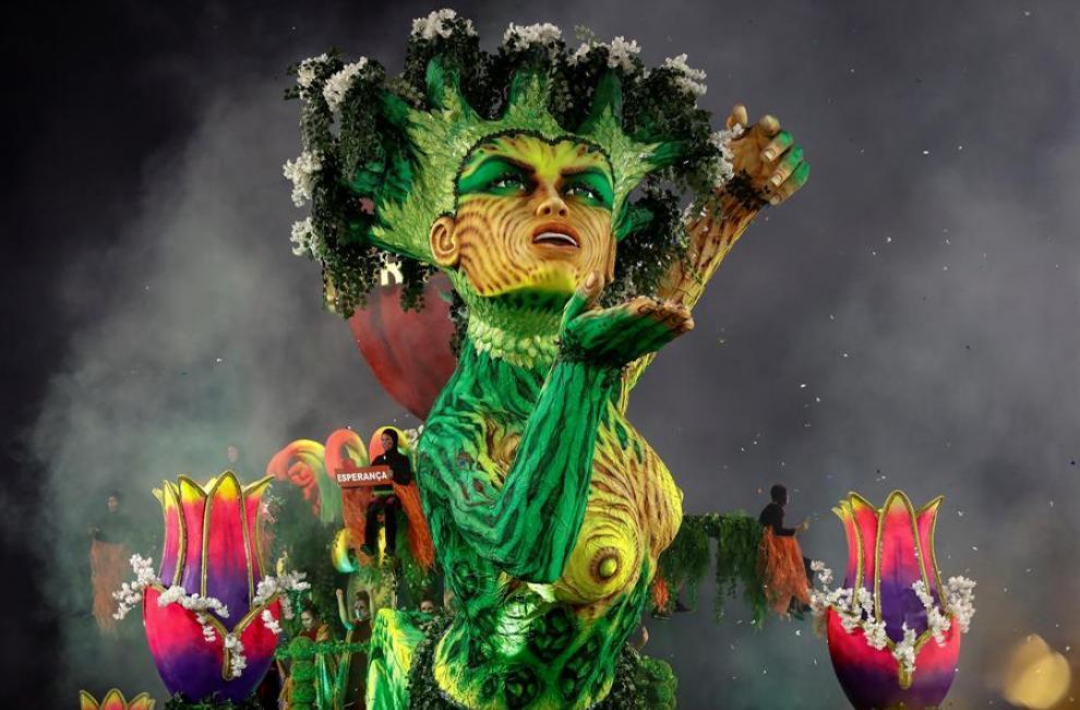 Baile, color y música, engalanan el inicio del Carnaval en Brasil