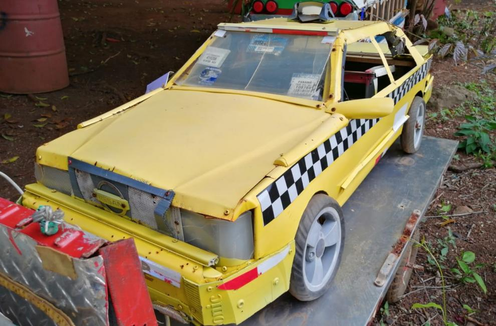 Romel elabora réplicas de ambulancia, patrullas, entre otros.