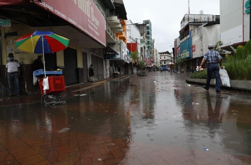 Las lluvias no paran el comercio golpeado por la covid-19
