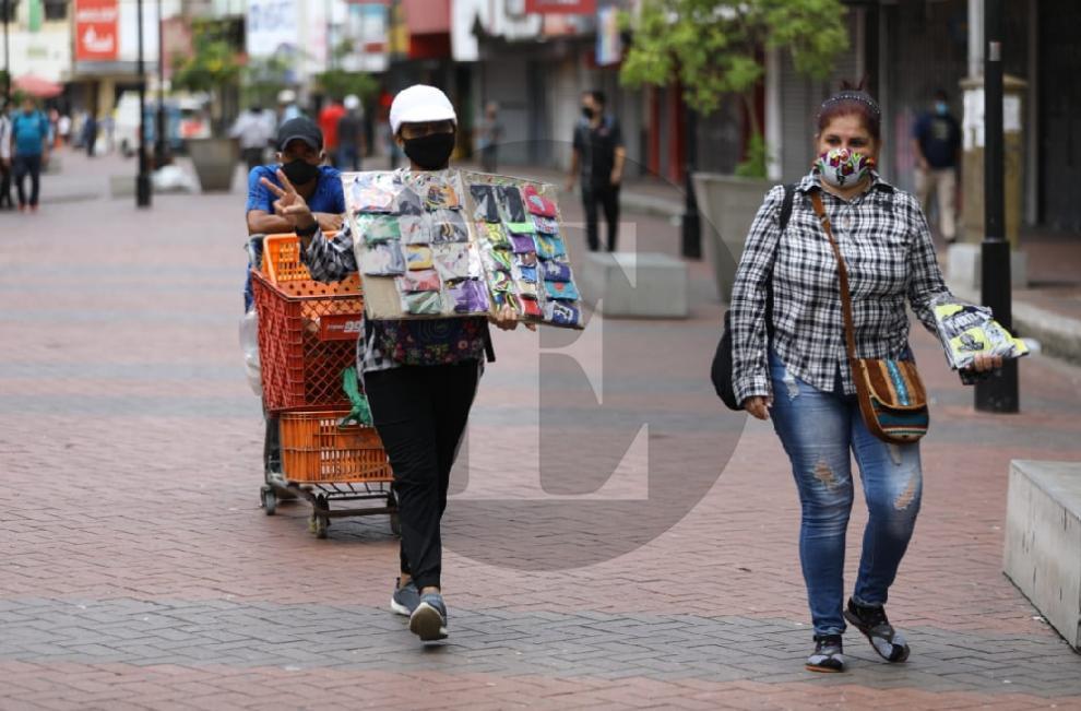 Panameños salen a buscar el pan del día a día