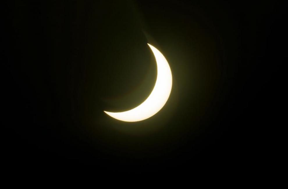 El fenómeno astronómico poco común, visible en suramérica, cuando la Luna nueva pasó por la cara del Sol y lo cubrió completamente durante poco más de dos minutos.