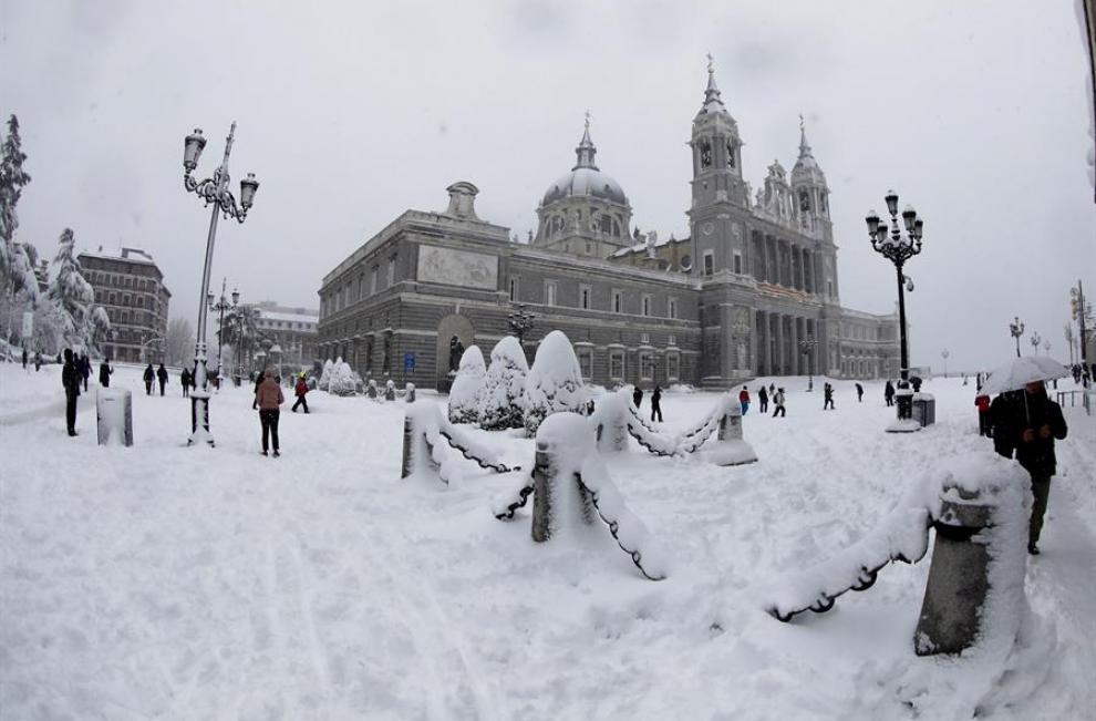 El riesgo de nevadas es extremo en las regiones limítrofes de Madrid y Castilla-La Mancha y zonas de la Comunidad Valenciana (este), donde también se anuncian fuertes heladas los próximos días, lo que agravará la situación.