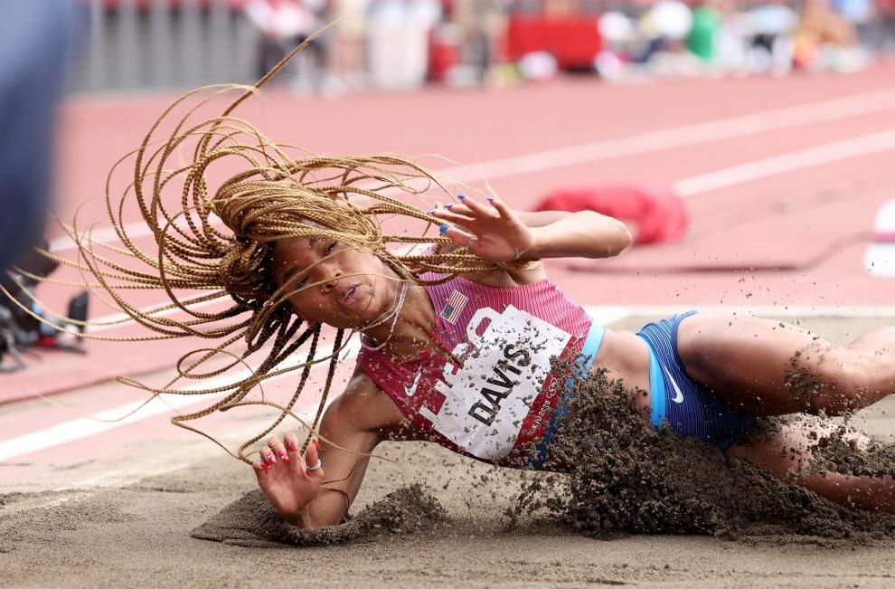 La norteamericana Tara Davis en acción en una prueba de salto en largo