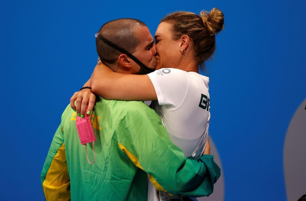 Bruno Fratus de Brasil abraza a su pareja y entrenadora Michelle Lenhardt luego de ganar la medalla de bronce en la natación