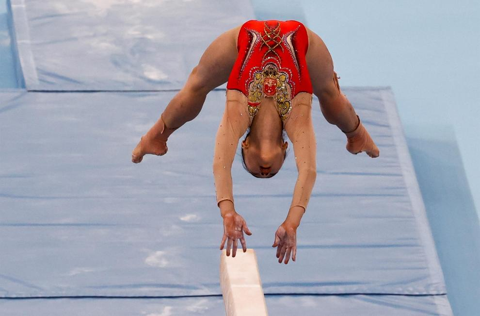 a china Chenchen Guan consigue la medalla de oro en la final de barra de equilibrio femenina de Gimnasia Artística durante los Juegos Olímpicos 2020