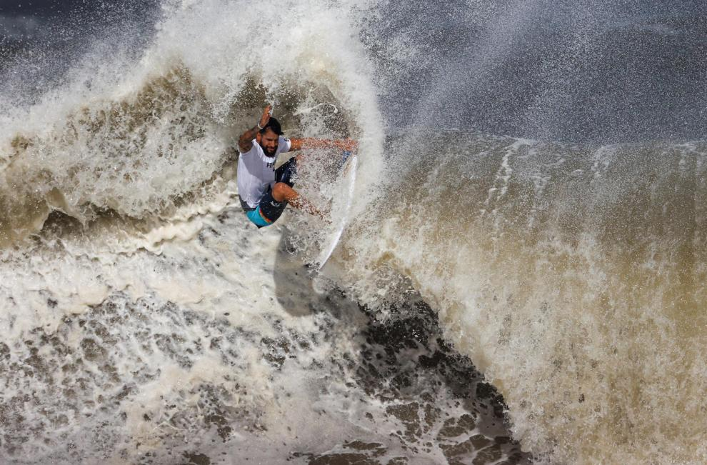 El brasileño Italo Ferreira compite en la final masculina de surf en los Juegos Olímpicos Tokio 2020
