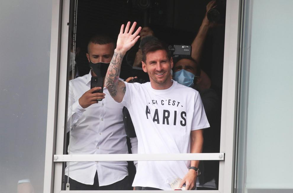 El País Saint-Germain (PSG) anunció  la contratación del argentino Lionel Messi, quien se ha comprometido con el club de la capital francesa por dos temporadas, más una opcional, después de haber pasado en el Barcelona 17 temporadas.