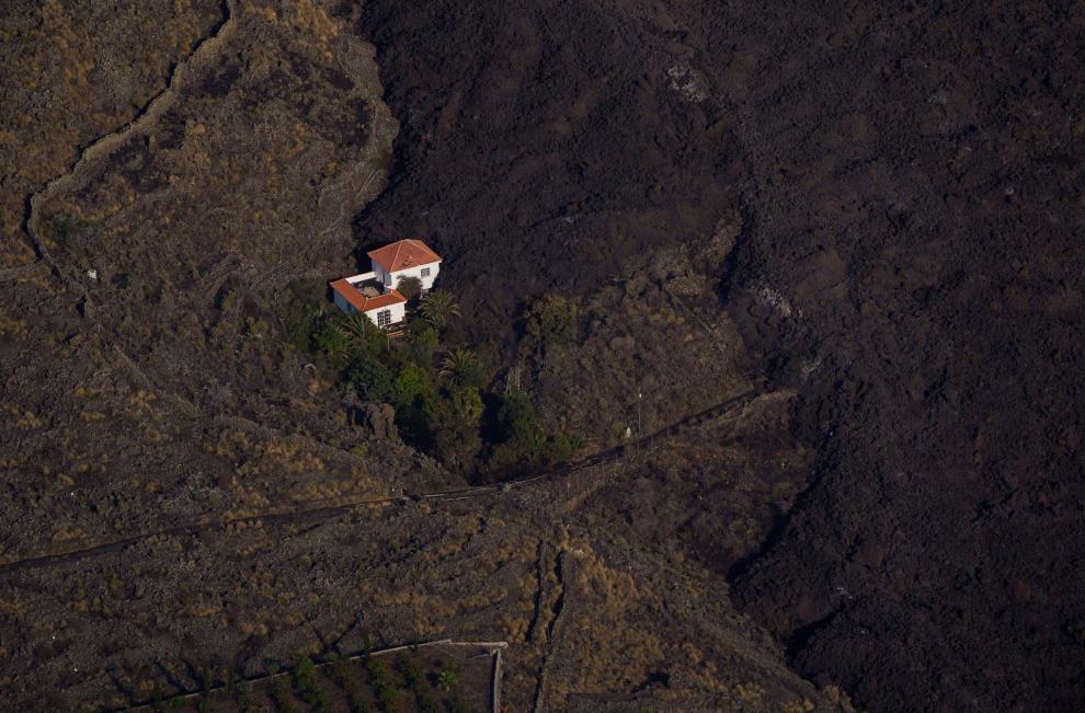 La emisión de lava del volcán de Cumbre Vieja en La Palma ha aumentado este jueves, que registra explosiones más continuadas y fuertes.