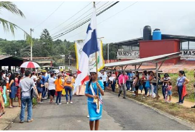 Estudiantes de Nueva Providencia en Colón rinden honor a la patria con desfile - La Estrella de Panamá